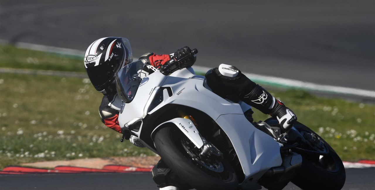 Ducati Supersport 950 S 2021 Rennstreckentest in Italien