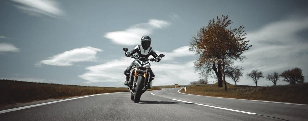 Landstraßenfahrt mit der neuen Triumph Speed Triple 1200 RS