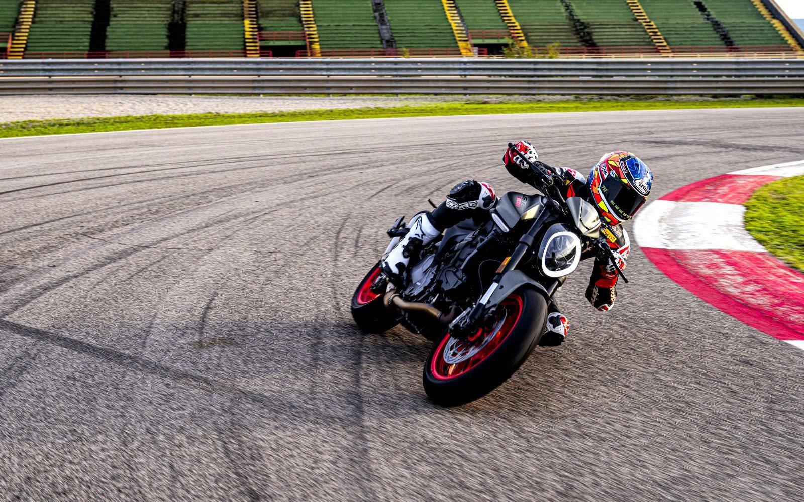 La nueva Monster representa toda la esencia de Ducati en la forma más ligera, compacta y esencial posible. Ya puedes adivinarlo por el nombre: Monster, nada más. Un motor deportivo, pero perfecto para uso en carretera, combinado con un cuadro derivado ...