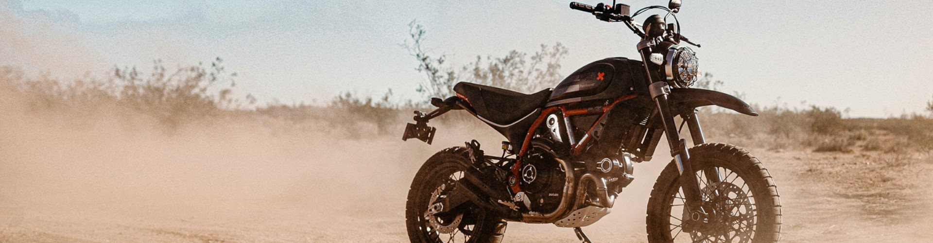 Born in the desert, the new Scrambler Desert Sled Fasthouse limited edition is dedicated for those who love big challenges and wild off-road rides.