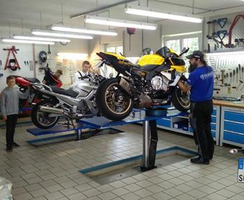 Reparatur Gewissenhafte, saubere und zuverlässige Reparaturarbeiten garantieren bei uns zwei Zweiradmechanikermeister. Wir reparieren schnell und zuverlässig, erfüllen Ihre Tuningwünsche und warten Ihr Motorrad bzw. ...