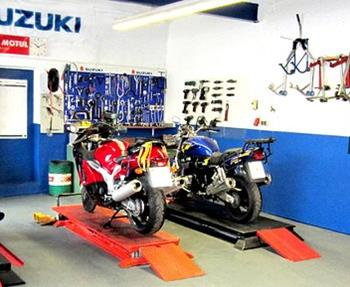Mit unserer Motorrad Werkstatt bieten wir Dir das rundum sorglos Paket für Dein Motorrad. Von der Inspektion über Reparaturen bis zur Unfallinstandsetzung - und das nicht nur für Motorräder und Scooter von SUZUKI, sowie ...