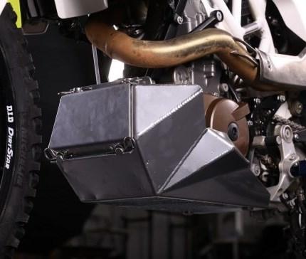 R/G Aluminium-Motorschutz mit Werkzeugkasten 690 Enduro & 701 Husky Der Aluminium-Motorschutz deckt nicht nur die Vorder- und Unterseite des Motors ab, sondern auch die Wasserpumpe und auch den Brems- und Schalthebel. Das perfekten handgeschweißten Nähteverleihen dem Motorschutzeine seh...