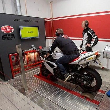 Leistungsprüfstand  Sie wollen wissen was wirklich in Ihrer Maschine steckt? Mit unserem Leistungsprüfstand der um eine Wirbelstrombremse erweitert wurde, können wir Zweiräder mit einer Leistung von über 300 PS verbindlich prüfen. Als ...