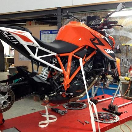 Fachwerkstätte  Unsere Fachwerkstätte bietet dir ertsklassige Leistungen:    Wir brennen für die orangen Bikes undverfügen über eine langjährige Erfahrung mit KTM. Die gesamte Entwicklung, von der legendären LC 4 bis heute haben wir begl...
