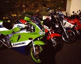 Der TÜV-Rheinland ist jedeWoche Montag oder Dienstag bei uns im Hause und führt TÜV-Abnahmen, Abgasuntersuchungen oder Leistungsänderungen an Ihrer Kawasaki, Honda, Aprilia, Suzuki, Yamaha oder Oldtimer durch. Melden Sie ...