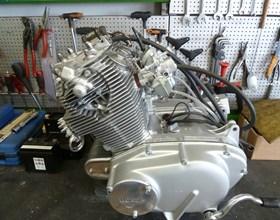 Wir reparieren fast alle Motorräder, ob Kawasaki, Honda, Suzuki, Yamaha, Kreidler, SYM, Zündapp. Wir führen Inspektionen, Reifenmontage, Zubehör-Anbauten TÜV-Abnahmen und Instandsetzungen von alten Schätzchen durch, ...