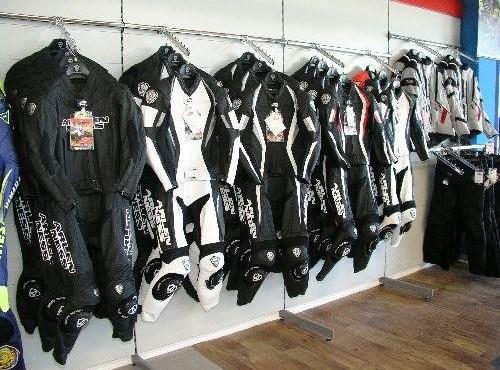 Bekleidung und Helme
