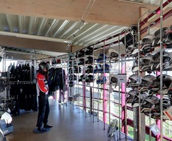 Erleben Sie den STÖBE Bekleidungs-Service hautnah. Wir werden wie immer unser Bestes tun, damit Sie auch in dieser Saison in Sachen Biker-Fashion, natürlich auch markenspezifisch, wieder gut bei uns aufgehoben sind.  Marke...