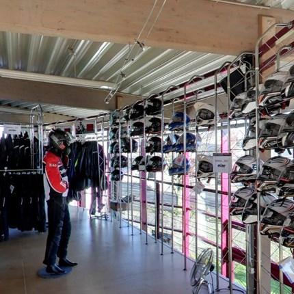 Bekleidung Erleben Sie den STÖBE Bekleidungs-Service hautnah. Wir werden wie immer unser Bestes tun, damit Sie auch in dieser Saison in Sachen Biker-Fashion, natürlich auch markenspezifisch, wieder gut bei uns aufgehoben sind.  ...