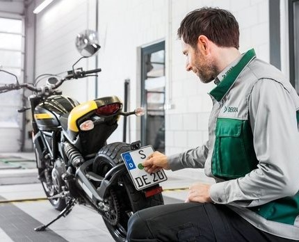 HU/AUK  Achtung, das wird teuer! TÜV beim Motorrad: Alle Infos zur Hauptuntersuchung Wie lange hat mein Motorrad eigentlich noch TÜV? Wenn im Frühjahr die Temperaturen steigen und Matsch und Salz endlich von den Straßen sind, ...