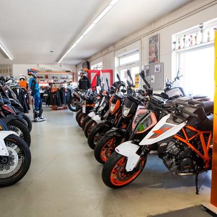 BvZ Motorradvermietung  Bei BvZ können Sie die aktuellen BMW-Modelle und KTM-Modelle mieten. Es stehen flexible Tarife zur Verfügung. Ob für einen Tag, übers Wochenende oder wochenweise. Die Tarife enthalten die entsprechenden ...