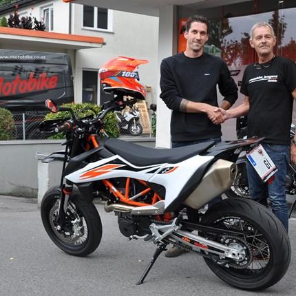 Fahrzeugübergabe KTM 690 SMC-R   Wir wünschen Florian VIEL SPAß mit seiner neuen KTM 690 SMC-R und stets eine GUTE FAHRT!!! :) Weiter >>