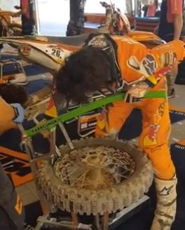 Josep Garcia wechselt seinen eigenen Reifen   Josep Garcia wechselt seinen eigenen Reifen in der siebten Runde der World Enduro Super Series in Spanien.   Video: World ... Weiter >>