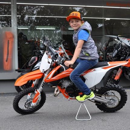 Fahrzeugübergabe KTM 65 SX   Timo ist mit seiner neuen KTM 65 SX jetzt READY TO RACE - wir wünschen ihm VIEL SPAß!!!   Weiter >>
