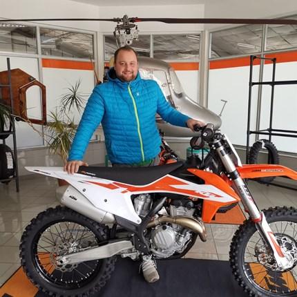 """FAHRZEUGÜBERGABE KTM 350 SX-F  Eine neue KTM 350 SX-F für unseren """"Zotti"""" !   Gratulation zum neuen Bike! Wir wünschen dem """"Zotti"""" mit seiner 350er SX-F vie... Weiter >>"""