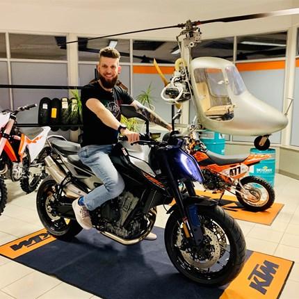 """FAHRZEUGÜBERGABE KTM 790 Duke   Andi ist mit seiner neuen KTM 790 DUKE """"READY TO RACE"""" - wir wünschen ihm viel Spaß und Freude bei all seinen Ausfahrten! Weiter >>"""