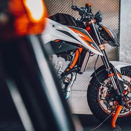 KTM 890 DUKE R   Das rasiermesserscharfe Paket wird viele größere Motorräder das Fürchten lehren! Sei heute bei der digitalen Präsentation ... Weiter >>
