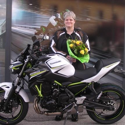 Kawasaki Z 650 an Bikerin übergeben! Die motorisierte Familie ist wieder komplett mit Fahrzeugen ausgestattet.Die Bikes von Tochter und Ehemann stehen schon in der Gar... Weiter >>
