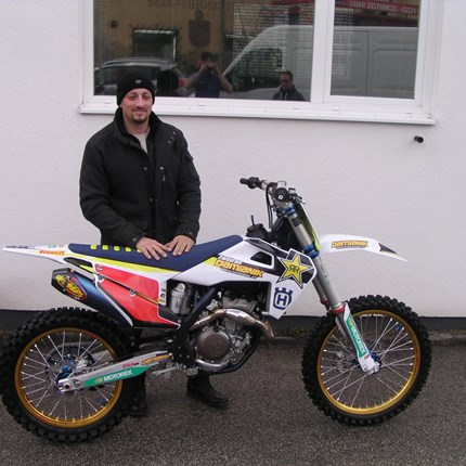 Ein perfekt gestyltes Bike übergeben! Eine MX-Schönheit verlässt uns! Michael hat seine personalisierte Husqvarna FC 350 / 2020 übernommen! Zum Fahren fast zu schade! ... Weiter >>