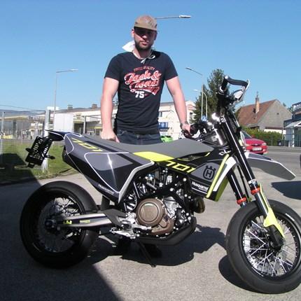 Die Saison der Biker kann starten! Für Patrick haben wir eine Husqvarna 701 Supermoto nach seinen ganz persönlichen Vorstellungen zusammengestellt. Es ist eine ganz ... Weiter >>