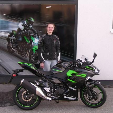Die Anzahl der Bikerinnen erhöht sich! Sarah holt sich heute ihre neue Kawasaki Ninja 400 ab. Somit erhöht sich die Zahl der Bikerinnen!! Wir wünschen viel Spaß und viel... Weiter >>