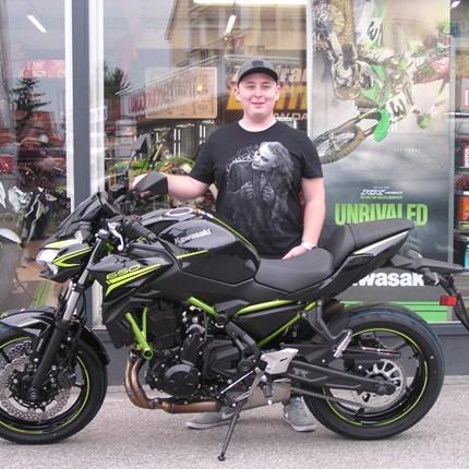 On the Road again! Christopher hat heute nach langen Warten seine neue Kawasaki Z 650 in Empfang nehmen dürfen. Ab heute gilt das Motto: Z = Refined ... Weiter >>