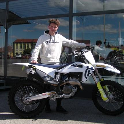 MX Bike für einen jungen Enduristen! Damit der junge Endurist sein Training perfekt durchführen kann, erhielt er heute eine neue Husqvarna FC 250 !! Wir wünschen Jakob... Weiter >>