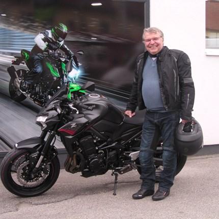 Die Kawasaki Z 900 ist endlich startklar!! Das lange Warten hat für Heinrich endlich ein Ende. Seine neue Kawasaki Z 900 wurde geliefert und gleich zur Auslieferung fertig g... Weiter >>