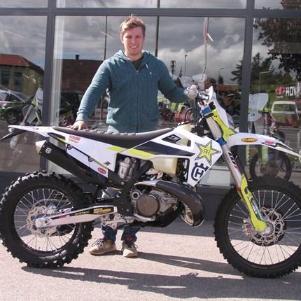 TE 300 i - Jarvis Edition übergeben! Es freut uns, dass wir an Philipp eine neue Husqvarna TE 300i - Jarvis Edition übergeben dürfen. Wir wünschen mit den Bike viel Sp... Weiter >>