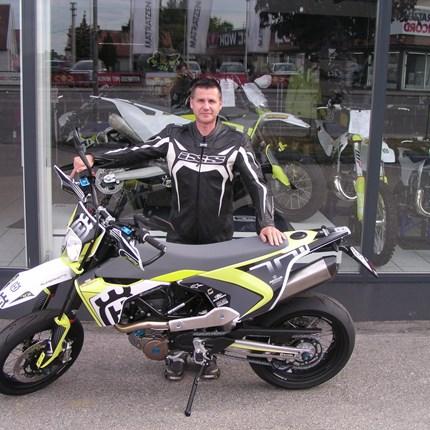 Neue Saison, neues Bike!!! Jochen hat heute seine neue, sehr edle und sehr persönlich gestaltetet Husqvarna 701 Supermotoabgeholt. Wir wünschen mit den neue... Weiter >>
