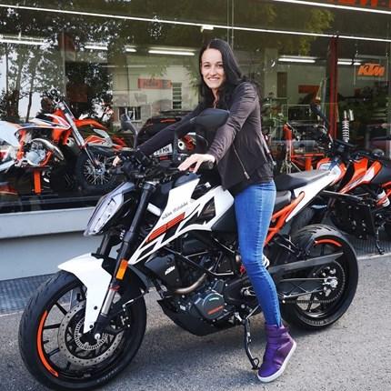 KTM 125 Duke hat neue Besitzerin gefunden   Wir wünschen Sabrina viel Spaß mit ihrer neuen KTM 125 Duke.  Ready to race !!