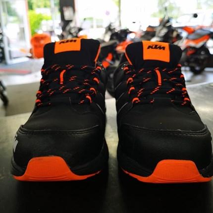 NEUE KTM POWERWEAR EINGETROFFEN!  Neue KTM Schuhe jetzt am Lager. Kommt vorbei, probiert die Schuhe an und erlebt ein völlig neues Lebensgefühl.
