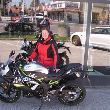 Ninja 125 on the Road ! In Zukunft wird der Weg zur Arbeit sicher noch mehr Spaß machen.Wir wünschen Karin mit ihrer Kawasaki Ninja 125 viel Glück !!