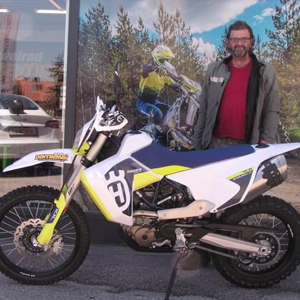 Husqvarna 701 Enduro LR geht auf Reisen! Klaus wird bei seinen nächsten Ausfahrten sicher weniger Tankstops einlegen müssen als seine Bikerfreunde. Wir wünschen mit der ne... Weiter >>