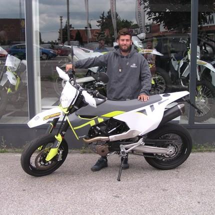 Biker rasen nicht, sie fliegen tief! Wir wünschen Daniel mit seiner neuen Husqvarna 701 Supermoto viel Spaß !