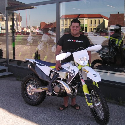 Tausche Motorcross gegen Enduro! Das hat sich Paul gedacht und hat heute seine neue Husqvarna TE 300i/2021 abgeholt! Wir wünschen viel Spaß und viel Erfolg!