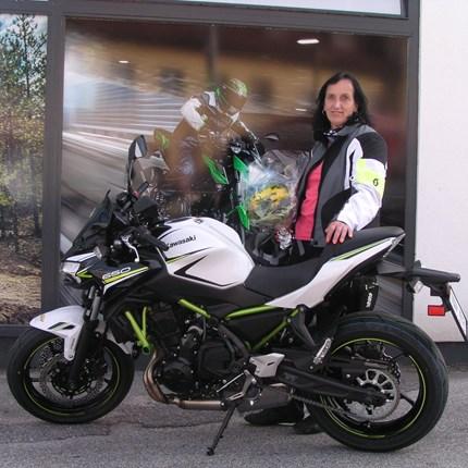 Motorradfahren ist viel zu schön, um es alleine den Männern zu überlassen! Dieses Moto gilt auch für Anita. Wir dürfen heute eine neue Kawasaki Z 650 übergeben. Wir wünschen Anita und ihrer Motorrad - beg... Weiter >>