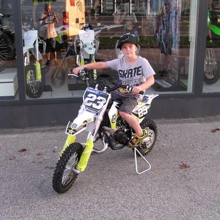 Ride smarter, be smoother Benjamin wird mit seiner neuen Husqvarna TC 50 die MX-Strecken erkunden und dabei sicher sehr viel Spaß haben!! Wir wünschen mit d... Weiter >>