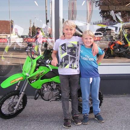 Zuwachs in der MX-Szene! Für Elias geht heute ein Traum in Erfüllung. Wir dürfen eine neue Kawasaki KX 65 übergeben! Viel Spaß und viel Erfolg mit den neu... Weiter >>