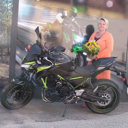 Motorradfahren hebt Grenzen auf. Mensch und Maschine, Natur und Technik, alles wird eins. Erzsebet und Hannes erfüllen sich heute einen Traum! Nach bestandener Führerscheinprüfung werden die beiden kawasaki Z 650 abgehol... Weiter >>