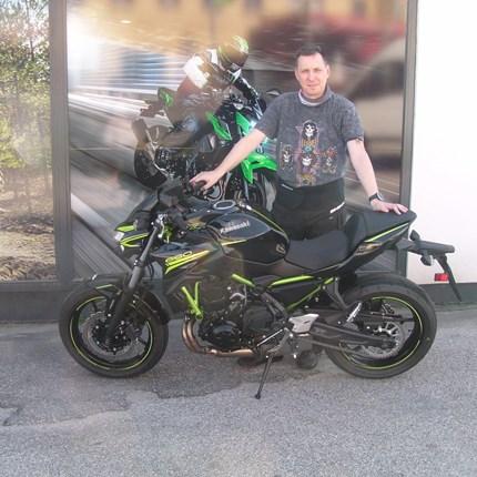 Bin ich zu schnell, bist du zu langsam ! Ob sich diesen Spruch Andreas zu Herzen nimmt? Mit seiner neuen Kawasaki Z 650 hat er zumindestdas passende Gefährt dazu! Wir wün... Weiter >>