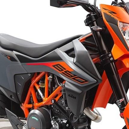 Vorstellung 690 SMC-R 2021  Die KTM 690 SMC R des Jahres 2021 packt das Drehmoment und die schiere Power des LC4-Motors in eine Supermoto, die den Herzschla... Weiter >>