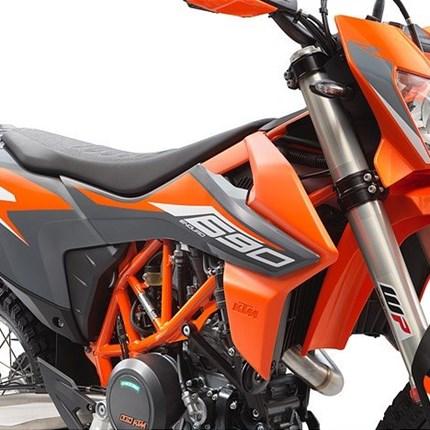 Vorstellung 690 Enduro R 2021  Bei der neuen KTM 690 ENDURO R hat KTM alle Gedanken an Grenzen und Limits beseitegeschoben. Dieses Bike wurde mit der fortschri... Weiter >>