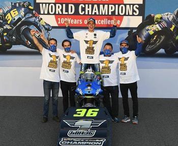 Die beiden Suzuki ECSTAR Team-Fahrer Joan Mir und Alex Rins hatten allen Grund zu feiern: Sie freuten sich über Platz Eins und ... Weiter >>