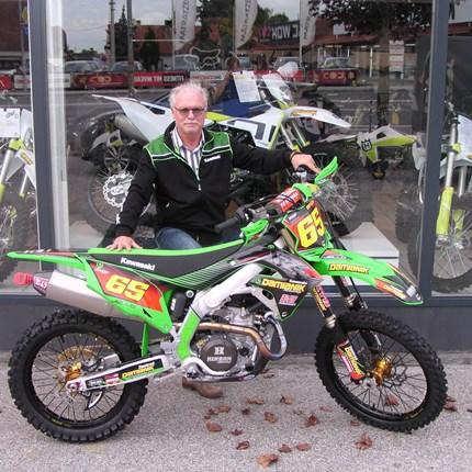 Eine KX 450 der Extraklasse!!  Michael hat seine Kawasaki sehr persönlich und sehr individuell zusammengestellt. Das Ergebnis kann sich sehen lassen - fast zu ... Weiter >>