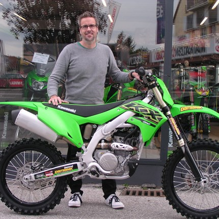 Die nächste KX 250 / 2021 im Renneinsatz!  Für Klaus kann die MX- Saison noch einige Zeit weitergehen!! Mit seiner neuen Kawasaki KX 250 / 2021 wird er auf den MX-Strecken... Weiter >>
