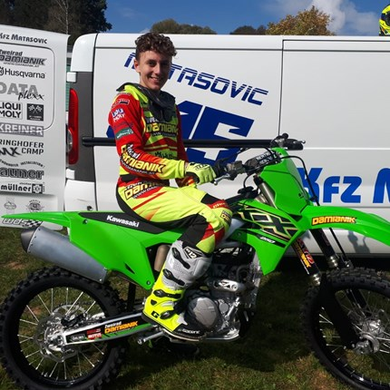 Neues  Bike, neue  Motivation!  Thomas ist auf der Suche nach neuerMotivation für seine Trainingsfahrten! Mit der Kawasaki KX 250 / 2021 hat er das optimale G... Weiter >>