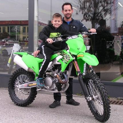 Zurück zum Ursprung!!  Unser langjähriger Teamfahrer kommt zum Ursprung zurück! Seppi holt sich eine brandneue Kawasaki KX 450/2021 ab! Die Wagenranch ... Weiter >>