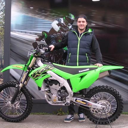 KX  250/2021 startklar für die MX-Strecke!  Für Marius kann die neue MX-Saison starten! Die neue Kawasaki KX 250/2021 steht bereits zu Hause. Beide sind startklar für die S... Weiter >>